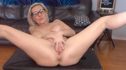 Hot amazing MILF Noelle Cummingz with a great body squirting